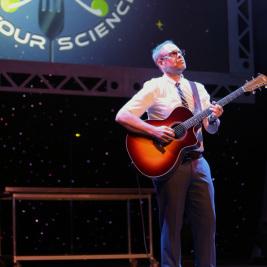 Alton-Brown-Guitar_©SarahDeHeer.jpg